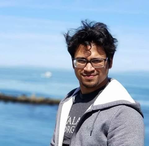 """""""সিজিপিএ ২.৭৬ থেকে Google জয়!"""" আক্কাস উদ্দীন জিসান। বর্তমানে সফটওয়্যার ইঞ্জিনিয়ার পদে কর্মরত আছেন জনপ্রিয় সার্চ ইঞ্জিন কোম্পানি গুগলে। পড়াশোনা করেছেন চট্টগ্রাম প্রকৌশল বিশ্ববিদ্যালয় - চুয়েট এর মেকানিকাল ইঞ্জিনিয়ারিং বিভাগে। একাডেমিক রেজাল্ট উল্লেখযোগ্য না হলেও তিনি এখন বিশ্বের খ্যাতনামা একটি প্রতিষ্ঠানের ইঞ্জিনিয়ার। কেমন ছিল তার স্বপ্নের গুগল জয়ের গল্পটা? ছোটবেলাতেই প্রোগ্রামিং এর হাতেখড়ি হয় জিসানের। কলেজ পর্যন্ত পড়াশোনা করেন ওমানে। এরপর বাংলাদেশে এসে ভর্তি হন চুয়েটে। প্রোগ্রামিংয়ের নেশাটা ভার্সিটিতেই ডালপালা মেলতে শুরু করে। ক্লাস মিস গেলেও ভার্সিটির আয়োজিত প্রোগ্রামিং কনটেস্টগুলো মিস হতোনা কখনোই। চুয়েট থেকে পাস করেন মাত্র সিজিপিএ ২.৭৬ নিয়ে। কিন্তু স্বপ্ন যার বহুদূর, লক্ষ্য যার অটুট, তাকে দমিয়ে রাখা অসম্ভব। গ্র্যাজুয়েশন শেষে অন ক্যাম্পাস রিক্রুটমেন্টে যোগ দেন Samsung Bangladesh এ। দুবছর পর আরেকটি সফটওয়্যার কোম্পানিতে যোগ দেন। সেখানে পাচমাস কাজ করার পর মাস্টার্সের উদ্দেশ্যে পাড়ি জমান আমেরিকায়। নর্থ ডাকোটা বিশ্ববিদ্যালয় থেকে মেকানিকাল ইঞ্জিনিয়ারিংয়ে মাস্টার্স এবং """"Autonomous localization of a UAV in a CAD model"""" এর উপর থিসিস সম্পন্ন করেন। সম্পূর্ণ কম্পিউটার ভিশনের এই রিসার্চটি ছিল মূলত একটি ড্রোনকে স্বয়ংক্রিয়ভাবে কোনো স্থাপনায় স্থাপন, CAD মডেল প্রদান এবং অটোমেশন পদ্ধতিতে লক্ষ্য খুজে বের করা। শিকাগোতে HERE Technologies নামের একটি ম্যাপিং প্রতিষ্ঠানে ইন্টার্ন করেছেন তিনি।অটোমোবাইলের নেভিগেশন সিস্টেম নিয়ে কাজ করে থাকে প্রতিষ্ঠানটি। সেখানে ইমেজ এবং আইএমইউ ডাটা থেকে অটোমেটেড জেনারেশন নিয়ে কাজ করেন।এরপর NOD ল্যাবের SLAM টিমের হেড হিসেবেও নিযুক্ত ছিলেন। তিনি হ্যান্ড হেল্ড ডিভাইস ডেভেলপ করেছিলেন, যেটার মাধ্যমে যেকোনো অবজেক্ট এর মুভমেন্ট ট্র্যাক করা যেতো রিয়েল টাইমে। সে সময়েই ডাক পান প্রযুক্তি বিশ্বের অন্যতম কোম্পানি গুগল এ। একই সময় শীর্ষ সামাজিক যোগাযোগ মাধ্যম Facebook এও কাজ করার সুযোগ পেয়েছিলেন অদম্য মেধাবী জিসান। কিন্তু শেষ অবধি ছোটবেলার স্বপ্ন গুগলকেই বেছে নেন তিনি। এত কম সিজিপিএ নিয়েও কিভাবে সুযোগ পেলেন গুগল কিংবা ফেসবুকের মতো জায়ান্ট প্রতিষ্ঠানে? """"কে কোন ডিগ্রি নিয়েছে বা কোন বিষয় নিয়ে পড়াশোনা করেছে, এরকম বড় প্লাটফর্মে সেটা কোনো """