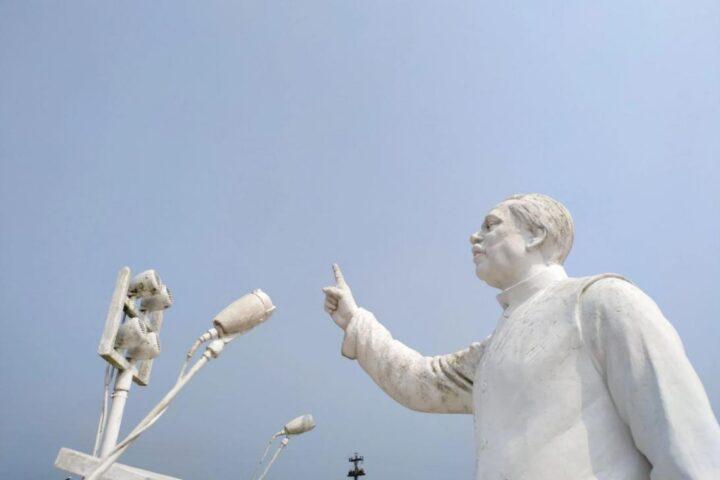 মেহেরপুরের মুজিবনগরে বঙ্গবন্ধু শেখ মুজিবুর রহমানের ভাস্কর্য। ছবি: প্রথম আলোর সৌজন্যে